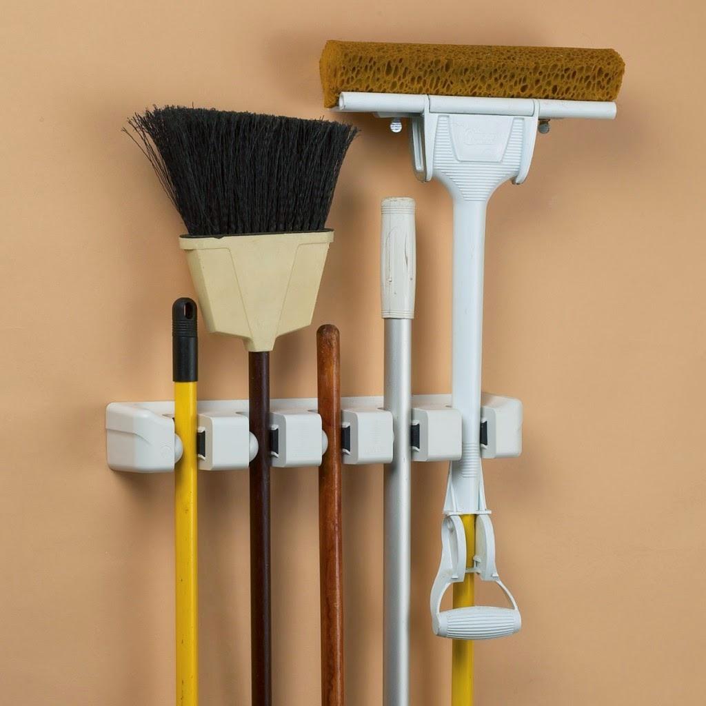 Colgar escobas decoracion y manualidades for Colgadores de ropa de pared