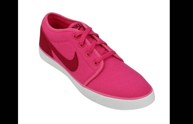 Tênis Nike Coast Classic numa combinação bem vibrante de rosa e vermelho, todo em tecido (Foto: Reprodução)