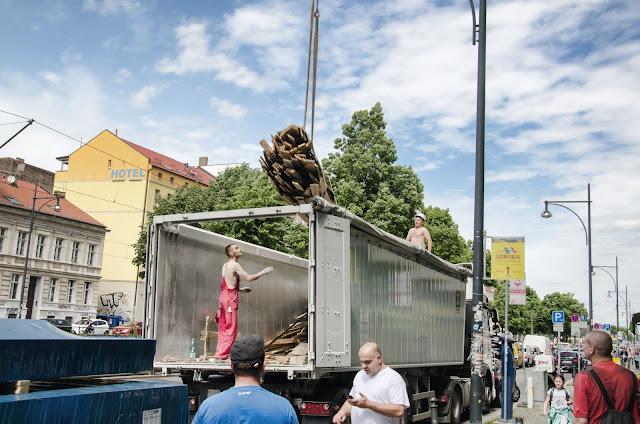 Baustelle Dachausbau, Altholzabholung mit Kran, Greifswalder Str. 35, 10405 Berlin, 02.06.2015