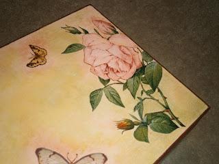 Szkatułka, skrzynka ozdobiona w technice decoupage, z motywem róż. Brązowa