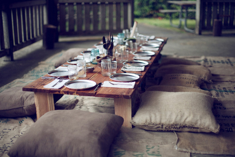 un dia de campo con los amigos- mesa rustica en el granero