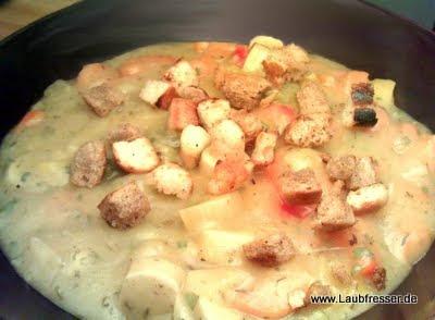 Kartoffel-Möhren-Suppe mit Paprika, veganen Würstchen und Croutons