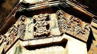 Imagens esculpidas em arenito em coluna externa da igreja da redução jesuíta de Jesus de Tavarangue, no Paraguai.