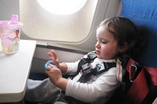 Anak Bermain Dalam Penerbangan