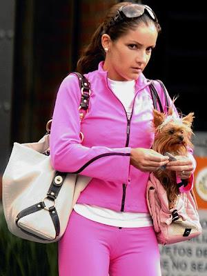 Karla Alvarez paseando con su perro