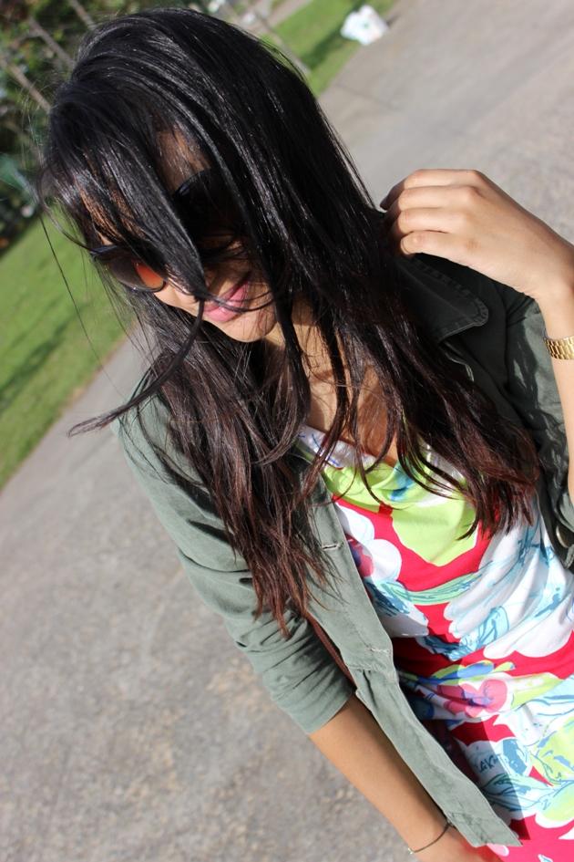 vestido florido, vestido com bota, vestido com jaqueta, jaqueta militar, jaqueta c&a, vestido khelf, bota bottero, cabelos ao vento