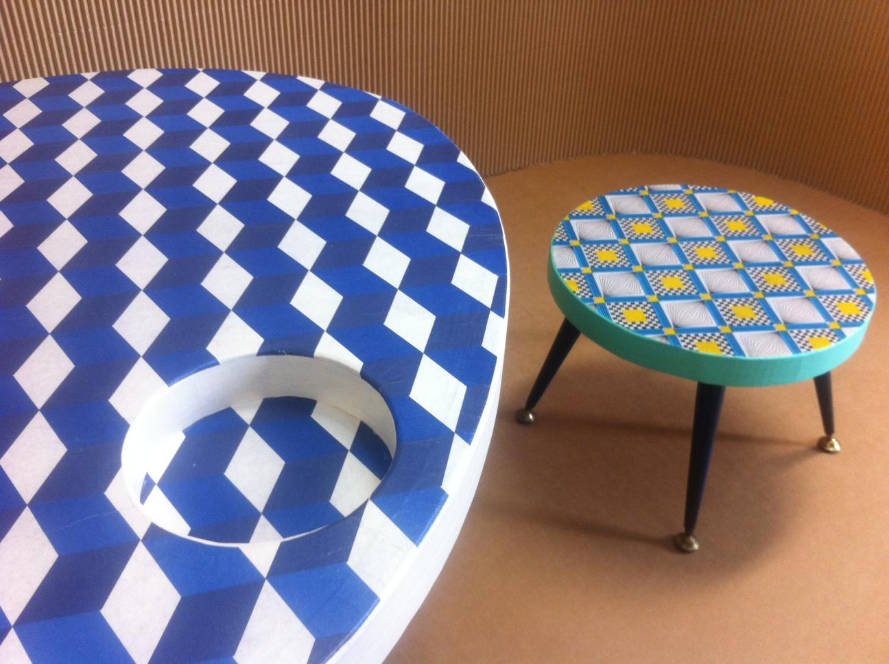 table basse en carton avec tabouret. motif géométrique. pieds en métal. fabriqués à marseille par juliadesign