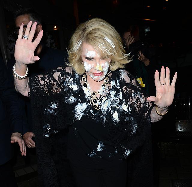 Joan Rivers tiene la cara embarrada con torta