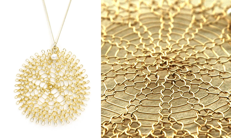 Мой выбор сегодня – этот красивый, связанный крючком из проволоки, кулон от Яэль Фальк, YoolaDesign.  Mon choix aujourd'hui c'est ce joli pendentif, fait de fil métallique crocheté, par Yael Falk, YoolaDesign.  My today's choice is this nice crochet wire pendant by Yael Falk, YoolaDesign.