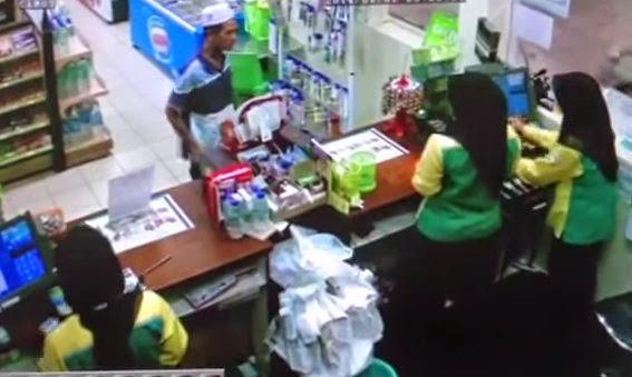 VIDEO: Pelanggan Bengang Tak Dapat Payung Petronas - Siakap Keli