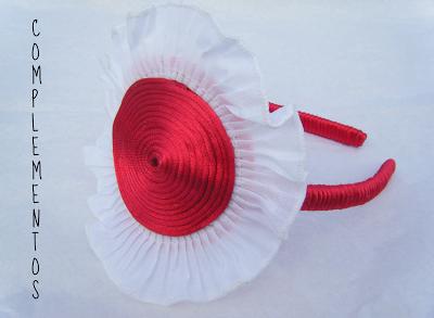 Diadema roja con adornos en blanco
