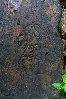 руки накрывающие треугольник как бы защищая, рисунок вырезан на камне Михинтале, масонский символ