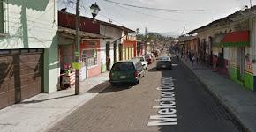 VECINOS DE SEGUNDA CALLE DE MELCHOR OCAMPO EN COATEPEC PIDEN REGULAR NEGOCIO QUE OBSTRUYE BANQUETAS