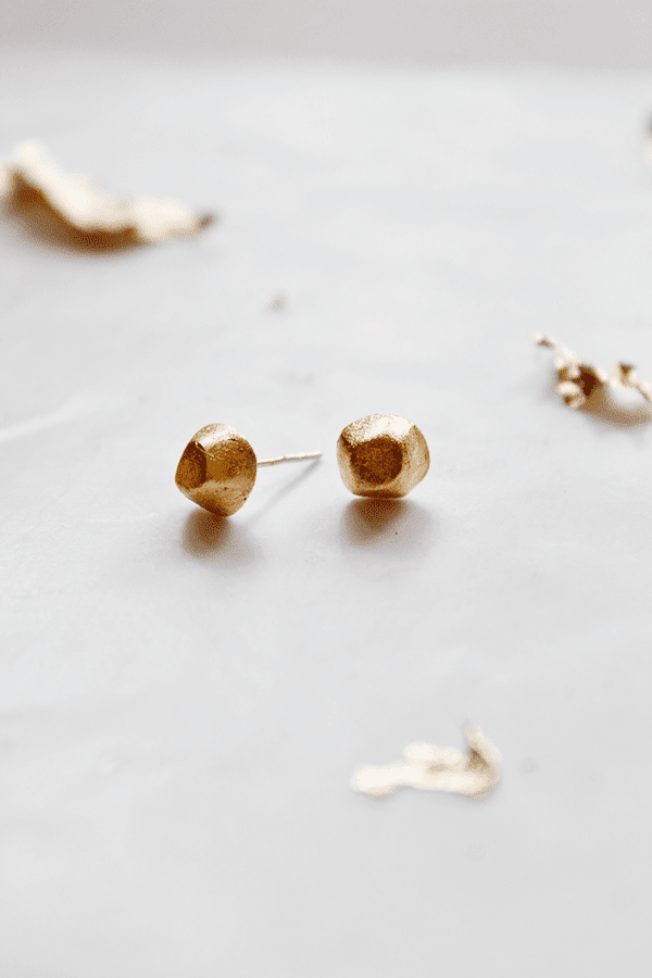 http://www.wellnesting.com/blog1/2014/10/13/diy-gold-nugget-earrings