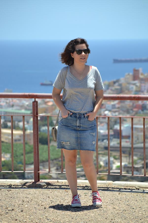 look_falda_vaquera_tubo_converse_rojas_como_combinar_lolalolailo_01