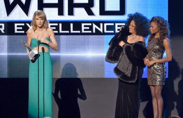 Not only she has found a new awards, Taylor Swift also get an incredible moment with the greatest singer ever, Diana Ross as she took her award.