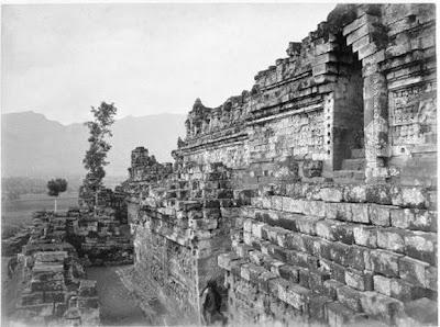Candi Borobudur pertama kali ditemukan3