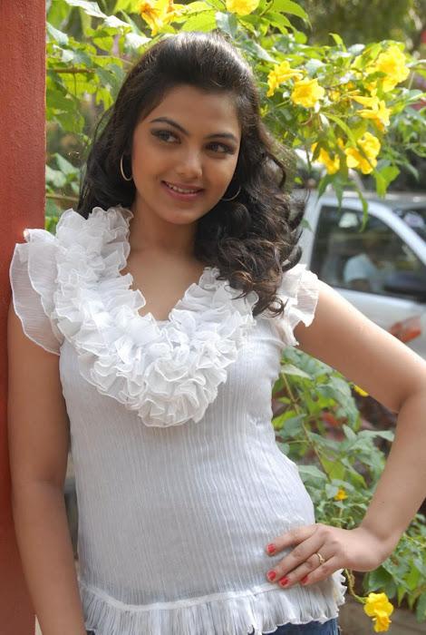Priyanka Tivari in jeans