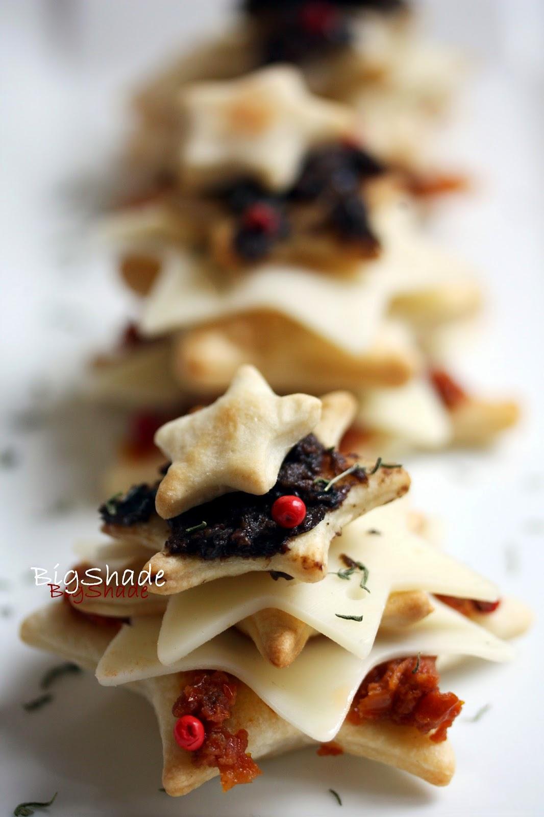 Stelline di provolone, pomodori secchi e olive nere.