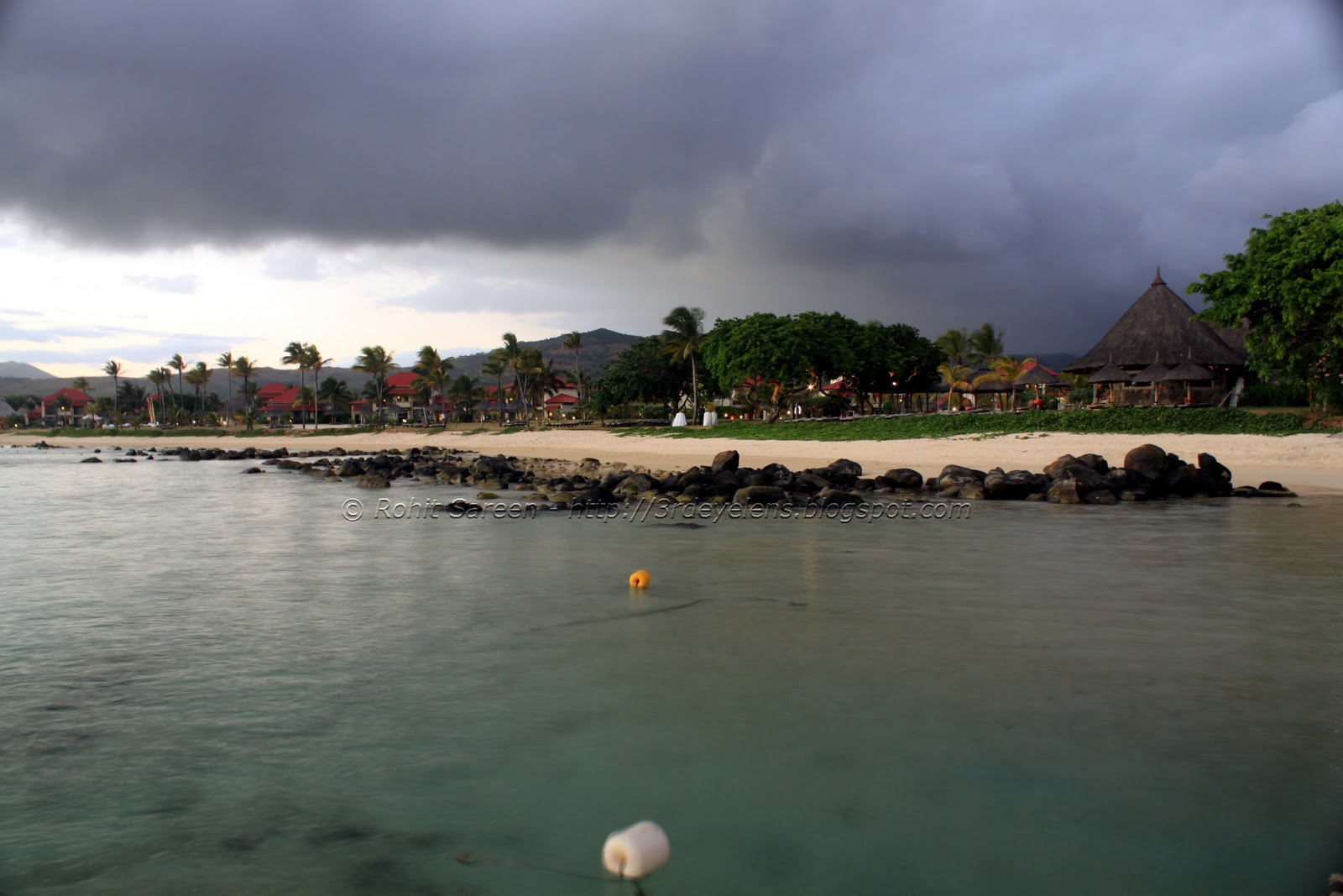 http://2.bp.blogspot.com/-CoWVe_m3Y8k/Tsnzzel7Z1I/AAAAAAAAClg/kvw0T18skvw/s1600/Beach+Side+Resort+along+the+Indian+Ocean%252C+water%252C+Mauritius.jpg