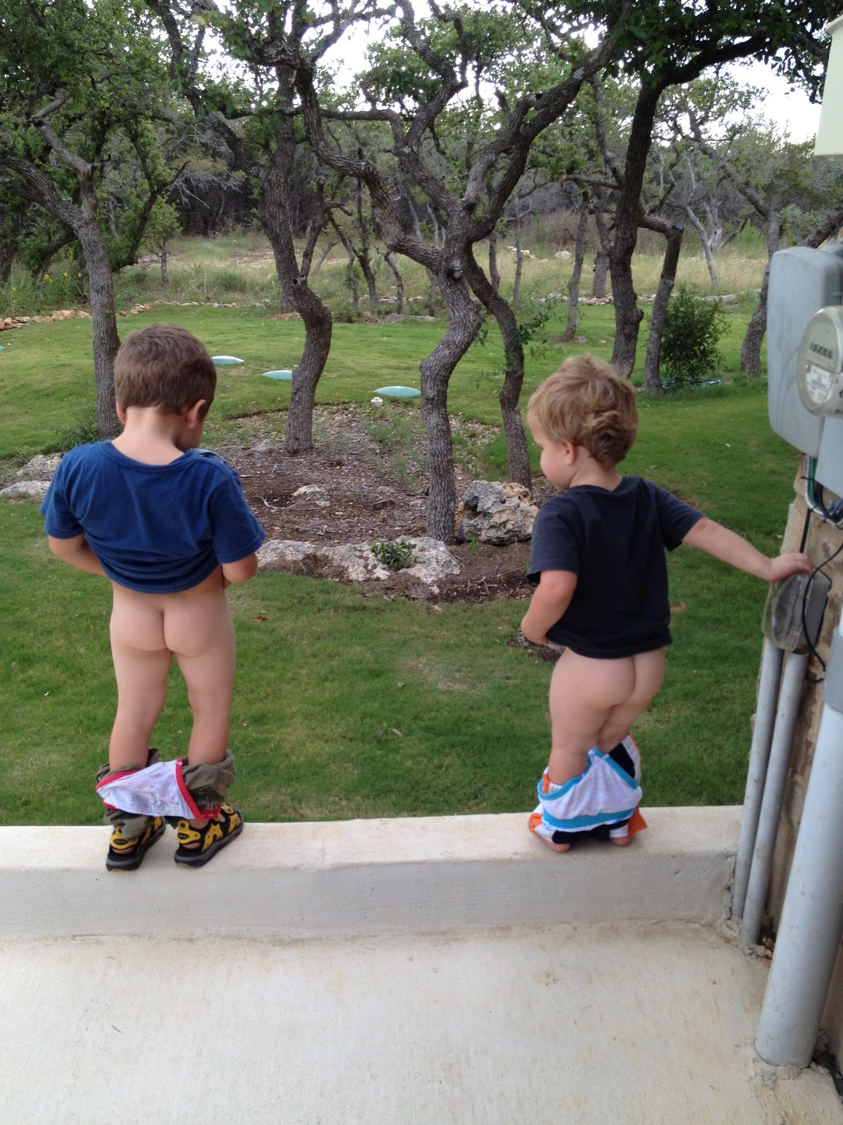 the boys going peepeeing little boys: http://6gazo.ebb.jp/the+boys+going+pee/pic1.html