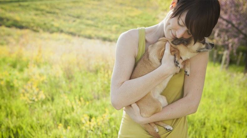 Sostener Una Mascota Entre Tus Brazos