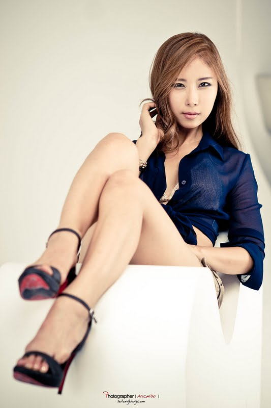 Cheon Bo Young in Short Jeans