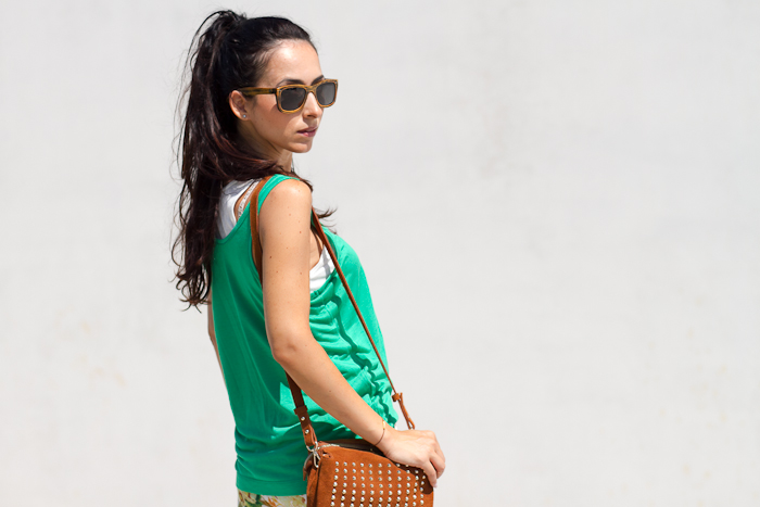 Gafas Siempre Verde y bolso de tachuelas