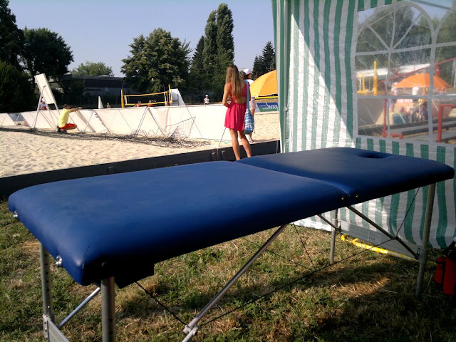 Maseur la turneul internaţional de volei CEV Beach Volleyball Satellite Timisoara 2015. Masa de masaj
