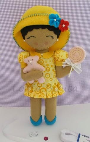 Boneca em feltro com vestido e chapéu amarelo