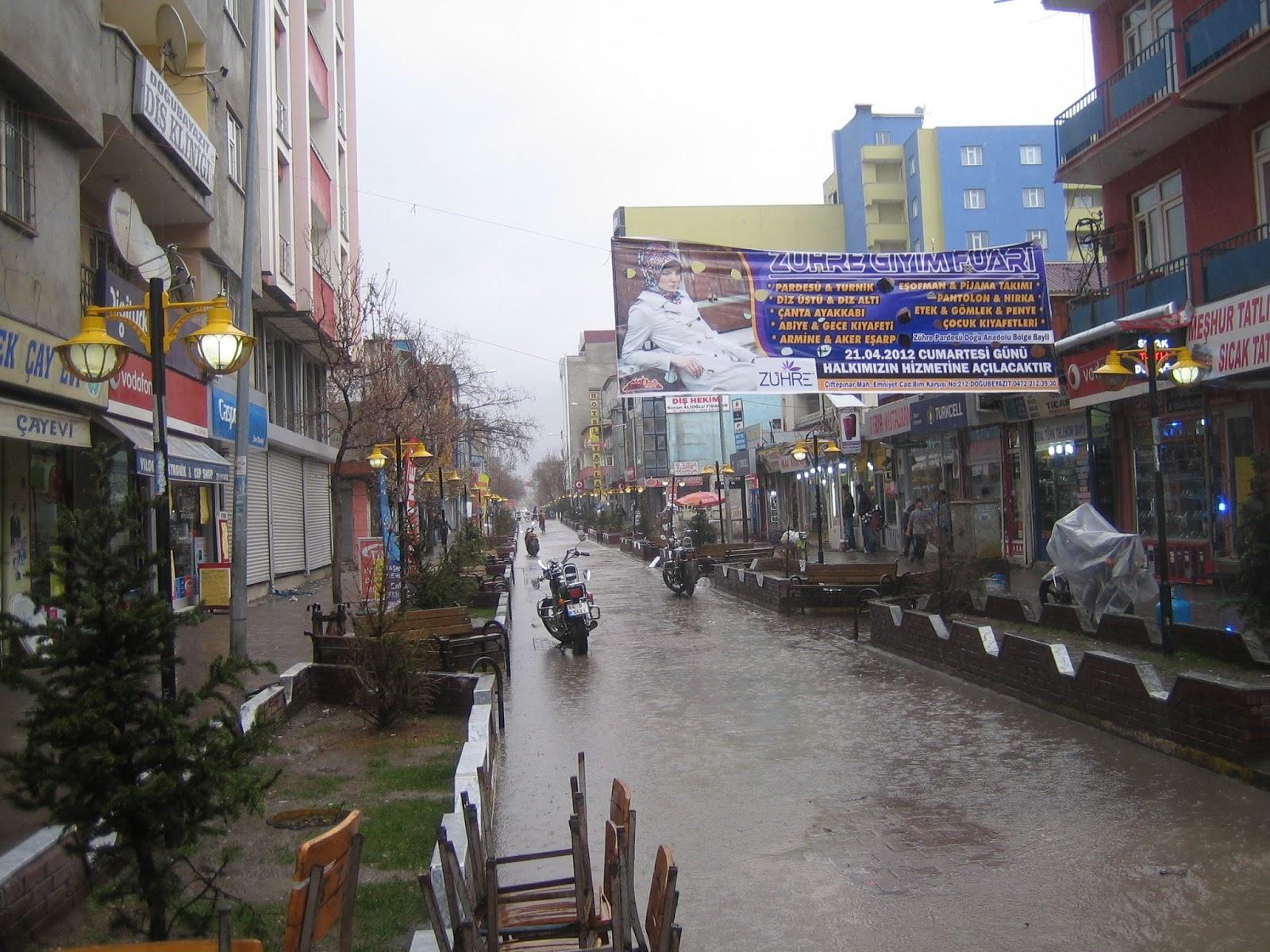 osttürkische Fußgängerzone im Platzregen