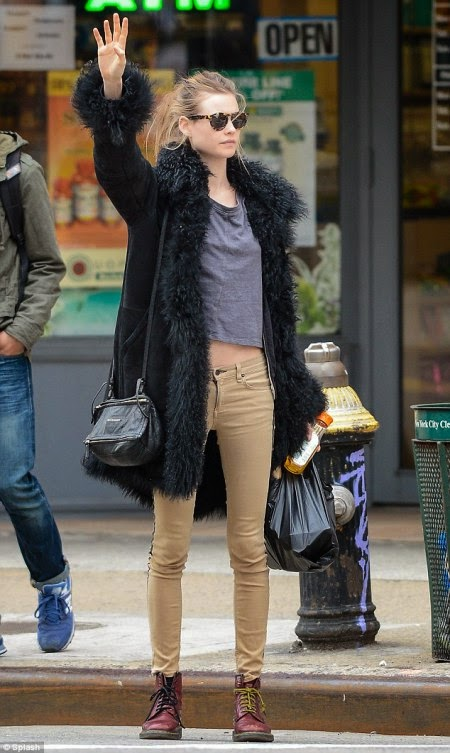 Celebrity Fashion Street Behati Prinsloo Look Cool And Relaxed In Skinny Jeans Celebrity