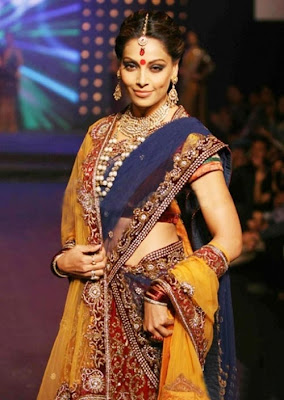 http://2.bp.blogspot.com/-CqSrS_W6Oy4/TalRK2ls2DI/AAAAAAAAANo/v6hWdlq-k5s/s1600/Beautiful-Bipasha-Basu-in-saree.jpg