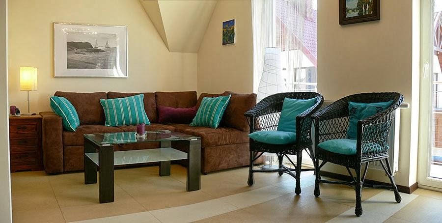 Sala moderna con paredes beige y muebles marrones decorados con