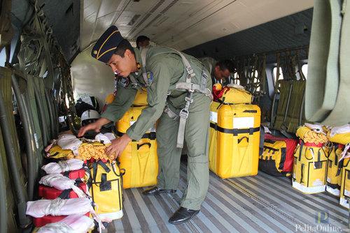 Penerjunan Peralatan SAR Dari Pesawat CN 235 Di Lanud Halim