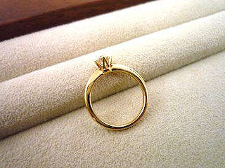 横姿が気に入っている銀座でオーダーした婚約指輪(エンゲージリング)。
