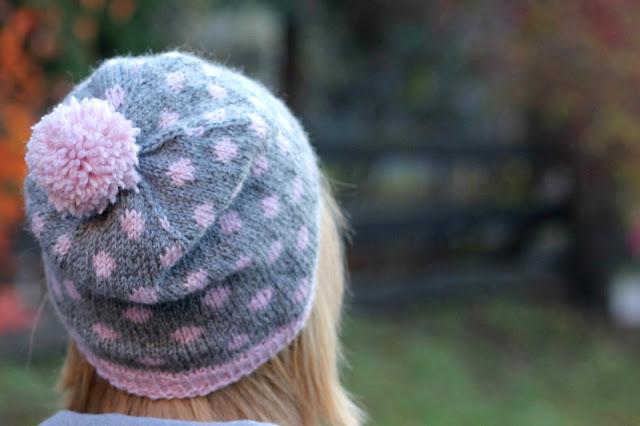 Szara czapka na drutach w różowe kropki i z pomponem