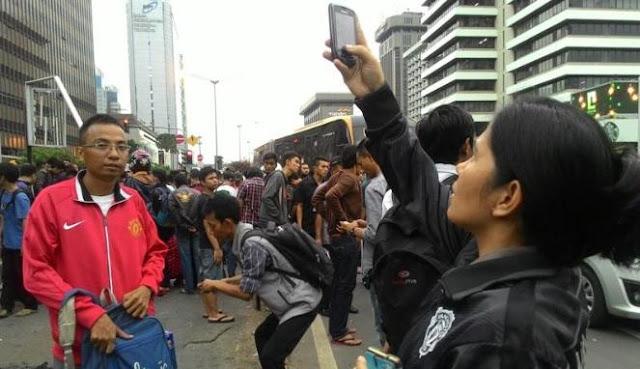 Koplak! Lokasi Teror Jakarta Mendadak Ramai, Warga Pada Asik Selfie