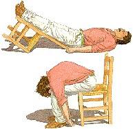 Persona desmayada tumbada y persona desmayada sentada