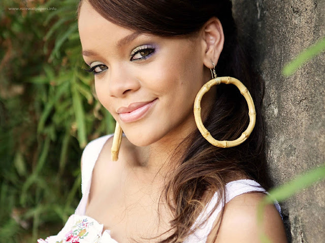 rihanna_smile_wallpapers_2011_235435647675