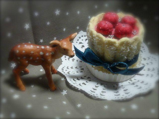 jouet biche pret d'une miniature en feutrine en forme de dessert à la fraise