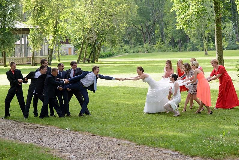 linksma vestuvinė fotosesija su svečiais