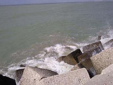 Espuma en los bloques de la Punta de San Felipe