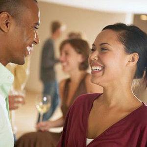 كيف تلفتين انتباه الرجال فى الحفلات والمناسبات - couple-laughing-party