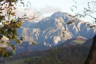 Cangas de Onís, vista de los Picos de Europa desde la cueva del Cuélebre en Corao