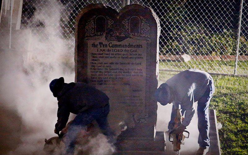 Ee.uu: Retiran Monumento De Los 10 Mandamientos En Oklahoma