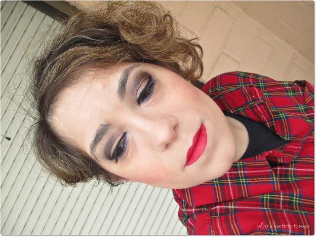 Maquillaje en tonos marrones y labios rojos