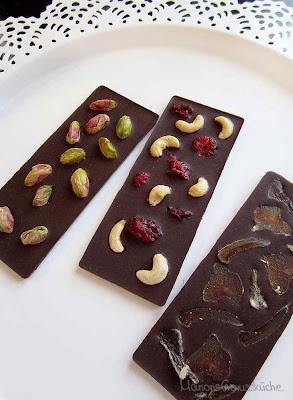 Zartbitterschokolade mit Nüssen und Früchten