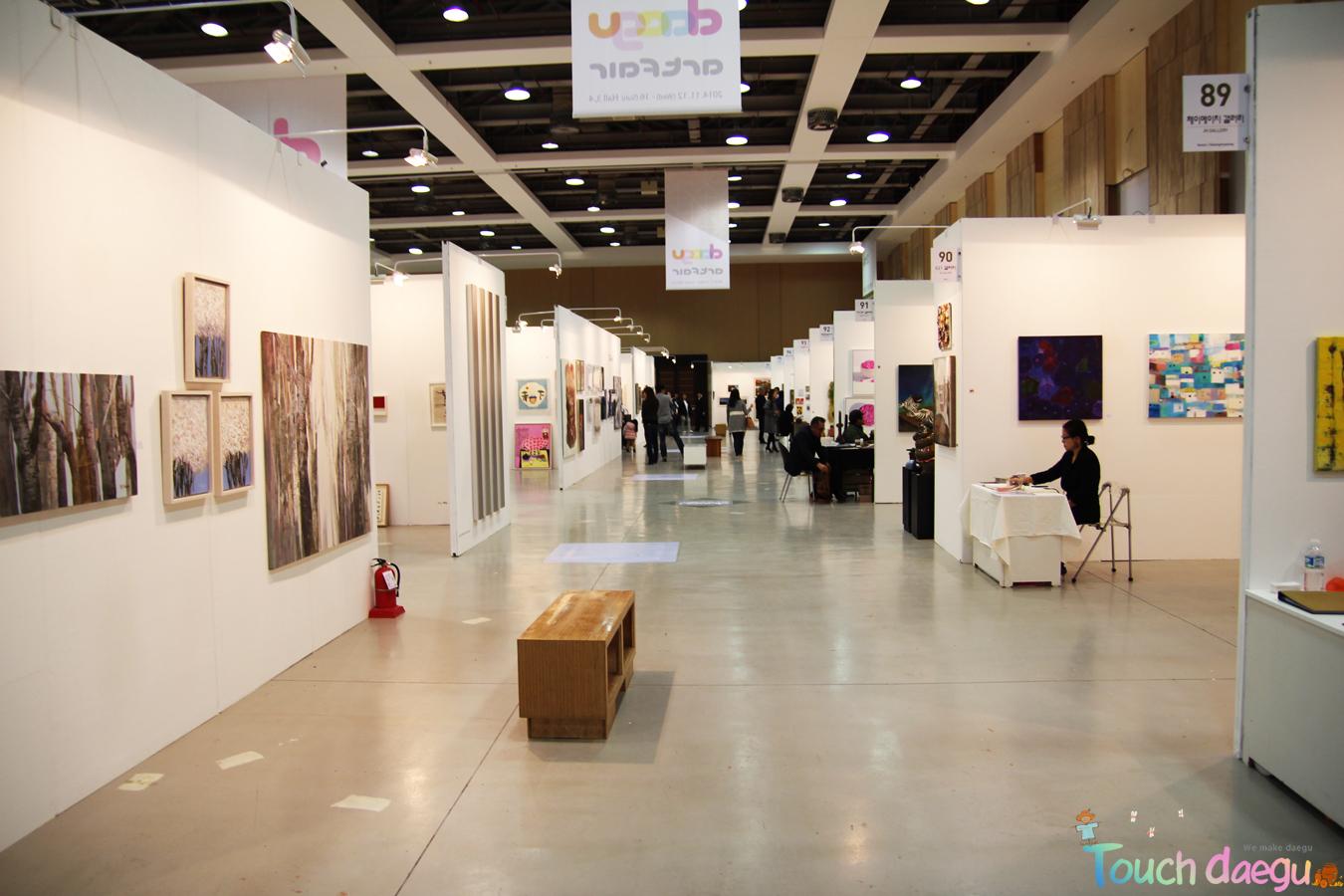 The aisle in the hall where took place Daegu Art Fair