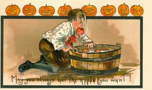 comer manzanas en halloween
